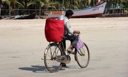 自行车的-果阿,印度印地安男孩 免版税库存照片