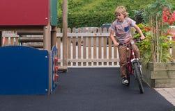 自行车的年轻男孩 免版税库存照片