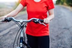 自行车的细节 在登山车的女性车手通过 免版税库存照片