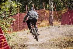 自行车的年轻车手运动员 免版税图库摄影