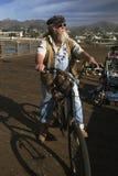自行车的Beareded人看往太平洋,维特纳码头,维特纳,加利福尼亚,美国 免版税图库摄影