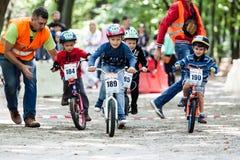 自行车竞争的年轻骑自行车的人 免版税库存照片