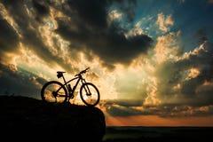 自行车美好的场面在日落的 免版税图库摄影