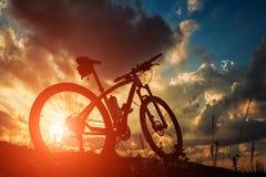 自行车美好的场面在日落的 图库摄影