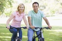 自行车耦合户外微笑 免版税库存图片