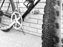 自行车肮脏的轮子迷离墙纸 库存照片