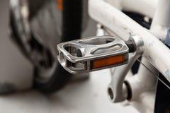 自行车脚蹬关闭 停放的出租自行车 免版税库存照片