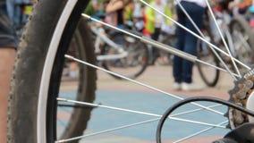 自行车节日 一squre的许多骑自行车者 在运动服的人群 轮子从左到右去 股票视频