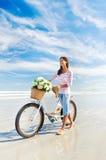 自行车花妇女 免版税库存照片