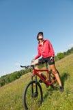 自行车草甸嬉戏春天妇女年轻人 免版税图库摄影