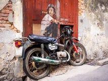 自行车街道艺术壁画的男孩在乔治城,槟榔岛,马来西亚 免版税库存照片