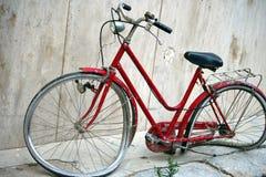 自行车被毁坏的墙壁 免版税图库摄影