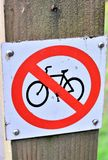 自行车被禁止的标志 库存照片