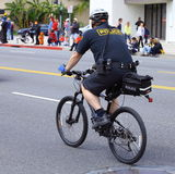 自行车警察骑马 免版税库存照片