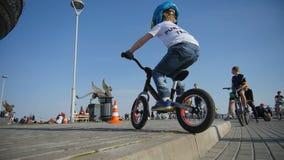 自行车跃迁的慢动作男孩在正方形的遏制 股票视频