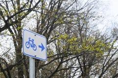 自行车路标在森林里 库存照片