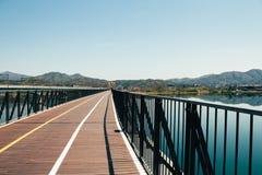 自行车路桥梁和河风景 免版税库存图片