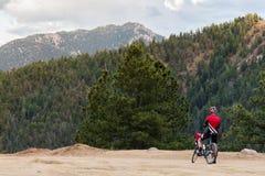 自行车车手和落矶山脉视图 库存照片