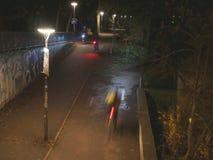 自行车车手在公园 免版税库存照片