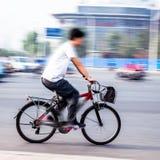自行车车手在城市 免版税库存照片