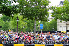 自行车车手 环法自行车赛,爱好者在巴黎,法国 体育竞赛 自行车细气管球 库存照片