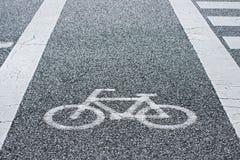 自行车车道和自行车标志在街道上 免版税库存图片