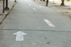 自行车车道和自行车街灯 免版税库存图片