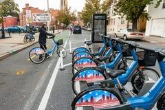 自行车车道和自行车份额驻地 免版税库存图片