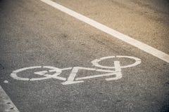 自行车车道在温暖的阳光下 免版税库存图片