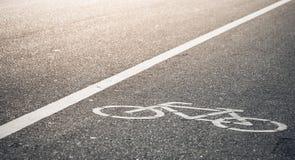 自行车车道在温暖的阳光下 免版税库存照片