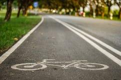 自行车车道的标志在地板的 库存图片