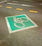 自行车车道,自行车的路 在城市街道的空的自行车道 免版税库存图片