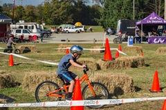 """自行车轨道â€的""""罗阿诺克,弗吉尼亚孩子 免版税图库摄影"""