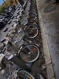自行车连续,分享系统的一辆公开自行车在巴黎 免版税库存照片