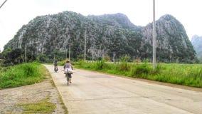 自行车通过在的麦地 免版税库存图片
