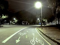自行车道在Ibirapuera公园在晚上 库存照片