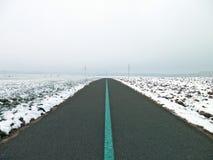 自行车道路在冬天和雾 免版税库存照片