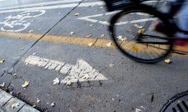自行车道路在有的城市自行车车轮行动 免版税库存照片