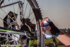 自行车链子上油 免版税库存照片