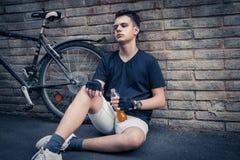 自行车饮料的车手休息 免版税库存照片
