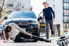 自行车骑士以在交通事故以后的严重的伤害 图库摄影