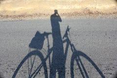 自行车骑士剪影 库存图片