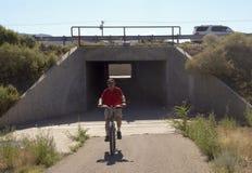 自行车骑士加入圣菲路轨足迹 免版税库存图片