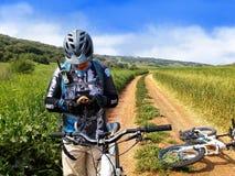 自行车骑士和乌龟 免版税库存图片