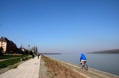 自行车骑士和人们萨瓦河贝尔格莱德塞尔维亚银行的  免版税库存照片