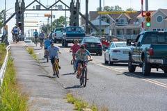 自行车骑士在一个夏天早晨 免版税库存图片