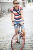 自行车骑士在公园 免版税库存照片