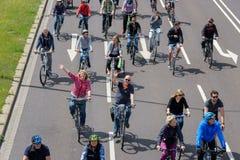 自行车骑士在马格德堡,德国上午17游行 06 2017年 成人和儿童乘驾自行车在马格德堡 库存图片