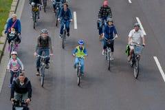 自行车骑士在马格德堡,德国上午17游行 06 2017年 许多人乘驾自行车在市中心 孩子积极介入 免版税库存照片