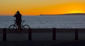 自行车骑士日落 图库摄影